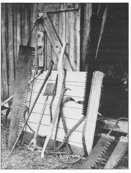 Skjæreredskaper som ble brukt ved isskjæringen. Til venstre hovedsagen som var betjent av en eller to mann.