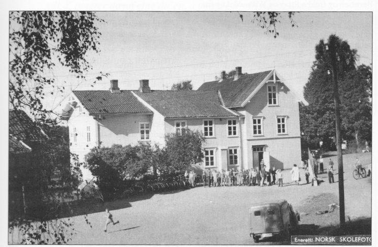 Gamle Herstad skole, eldste delen fra 1856. Skolen ble revet i 1966.