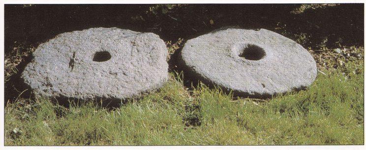 """Kvernsteinene fra kvernkallen som sto i Sannebekken. Den til høyre er oversteinen med """"Øye"""" . Oversteinen roterte mot understeinen (til venstre). Steinene befinner seg fortsatt hos Agnar Dahl på Sanne. (Foto: John M. Hovland.)"""