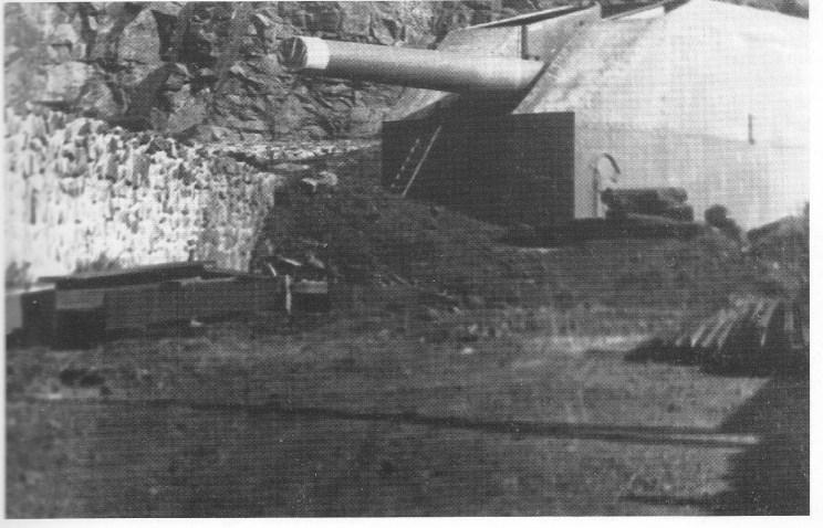 Dette er et av de meget få fotografier som viser den Øverste kanonstillingen slik den så ut like etter den ryske kapitulasjonen. Kanonrøret kunne beveges fra minus 5 grader til pluss 45 grader i forhold til horisontalplanet. Selve skjoldhuset som ga pansret beskyttelse for kanonbetjeningen vises tydelig.