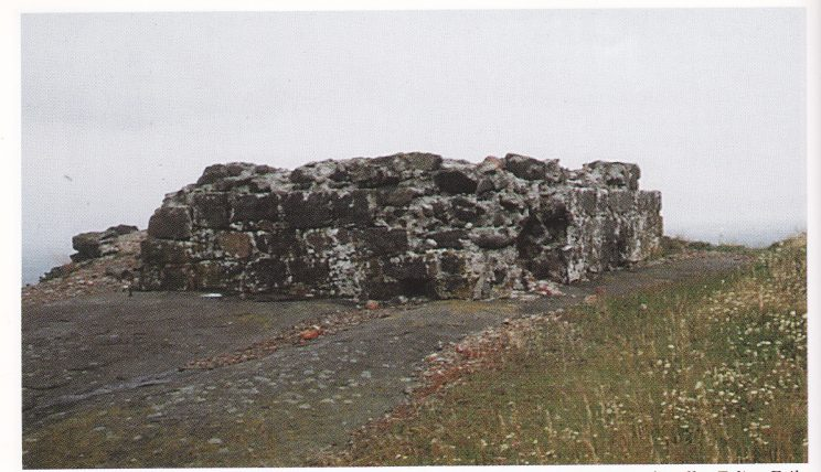 Fyrtårnruinen består nå bare av fire lag med stein. I en artikkel i «Vestfoldminne» forteller Erling Eriksen om 4-5 lag også i 1967, men i Tjørneboka viser Lorens Berg bilde fra 1919 hele åtte lag. De lå frem-deles på plass i følge et foto fra 1954. Steinene ligger nå i bunnen av den dype glova mot øst. Raserte besøkende halve ruinen på 13 år?