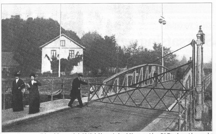 Broassistent Hans Edvard Jensen, født 1840, lukker grinda på Nøtterøysiden. På Tønsbergsiden var det en lenke. Den gamle vaktstua i bakgrunnen.