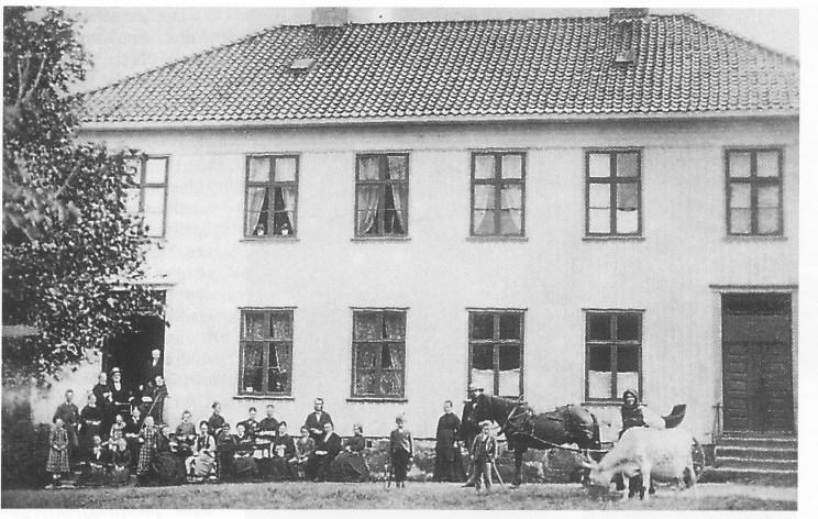 Nøtterøy prestegård. Fotografiet er muligens fra 1879 da Harbitz tok farvel med Nøtterøy. Harbitz sitter på trappen. Th. Larsens negativsamling. Vestfold Fylkesmuseum.