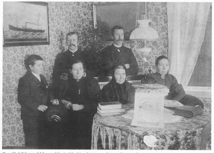 Familiebilde med Maren Marie Mathiasdatter og fire av hennes barn. Bak: Hans (t.v.) og Marcelius. Julie og Sofie ved siden av moren. Den lille gutten er pleiesønnen Sigurd Johannesen. Foto tilhører Lilly Jensen.