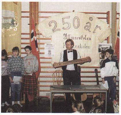 Fra feiringen av skolens 250-årsjubileum i 1989. Rektor Svein Hermansen demonstrerer salmodikon. Foto: Herstad skoles avkiv.