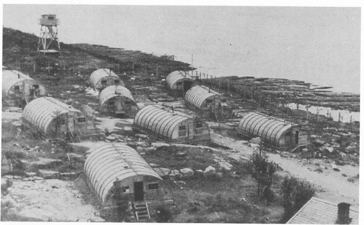 Krigsfangeleiren på Mellom Bollæren, mai 1945. Her ble de tuberkuløse krigsfangene stuet inn i små hytter av kryssfiner under de verste forhold for å dø. Foto: De allierte militærmyndigheter i Norge i 1945.