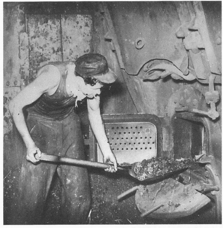Abrahamsen måtte også ned i maskinen for å hjelpe fyrbøteren. (Gøthesen: Sjømannsliv)