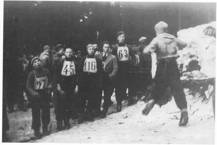 Seks TIF-hoppere i TKs renn i Kikutbakken 6. februar 1938. Fra venstre Eivind Henriksen, Arne Wilh. Jensen, Lars Kr. Larsen, Harry Nilsen, Kaare Wigdal, Nils Edv. Torjesen med ryggen til.