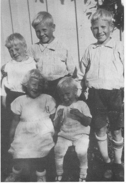 Paulsenbarna i KjØlelia 1933. Bak f.v. Tore, Helge og Reidar. Foran f.v. Dordi og Ivar. (Foto utlånt av Tore Paulsen.)