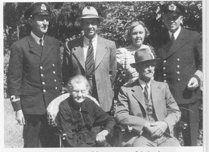 Fredrik og Johanne med barn etter frigjøringen i 1945. Barna fra venstre: Victor f 1903, Georg f 1899, Julie Signora f 1897 og Fredrik f 1895.