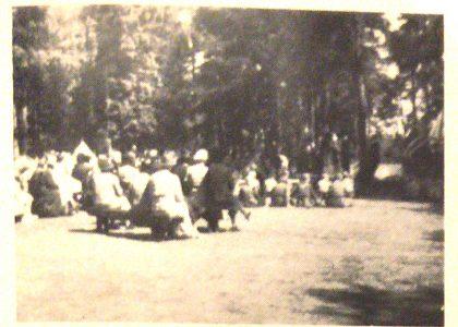 Speidergudstjeneste i 1940 på ørnsletta, et stedsnavn som nå er forsvunnet. Skua var en stor rydning i skogen i området Panveien - Damveien på Teie. Navnet stammer trolig fra en gutteklubb som holdt til i området, ikke speiderpatruljen Ørn.