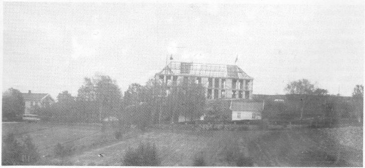 Bergan nye skole under bygging 1928. Den gamle skolen til venstre.
