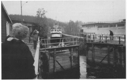 «Victoria» i slusen på Ulefoss før historielagets medlemmer går ombord.