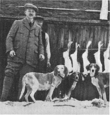 Thorvald Berg var en ivrig jeger — her med hunder og harefangst i Valdres i 1916.