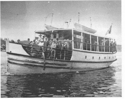 Rutebåten «Vrengen» var Veierlands eneste faste forbindelse med omverdenen. Den gikk fra Vestgården hver morgen klokken 0815 inn Vestfjorden.
