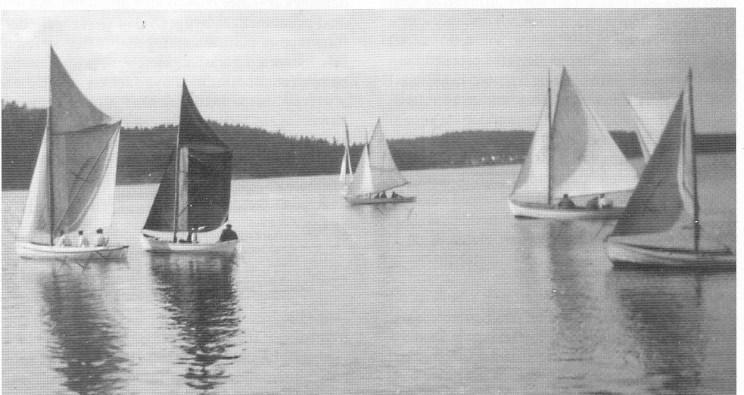 Klinkbygde sildegarnsbåter med gaffelseil og toppseil i regatta ved Veierland ca. 1920.