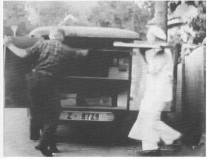 Bakermester Singvald Herman Nilsen hadde utsalg i krysset Vestfjordveien-Kirkeveien. Her med en ladning varer til sin sjåførsønn John. Hentet fra Nøtterøy-filmen 1939.