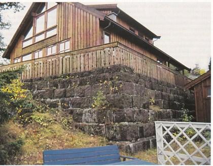 Den gamle demningsmuren til Nøtterøys første vannverk er nå grunnmur i Bakkeveien 12 på Teie.