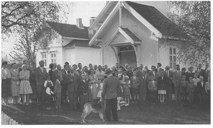 Ungdomsforeningens lokale på Borgheim. Leganger Hansens bolig «Østheim» i bakgrunnen. (Foto: Norvald Fuglestrand)