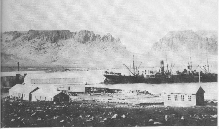 Deception Bay - Syd Shetland med hvalkokeriene «Ronald» og «Maudie» før jordskjelvet. I bakgrunnen fjellformasjonen Kjærringskrævet. Antakelig fra sesongen 1922/23. (Foto Sven Gjeruldsen)
