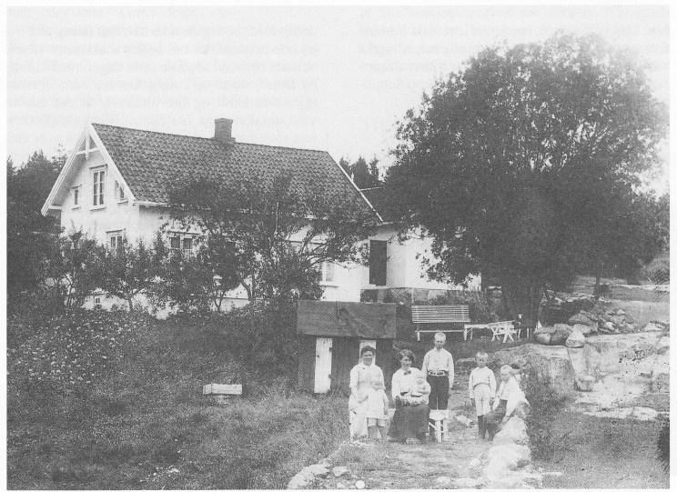 Dukenveien 22 omkring 1915. Til venstre Petra Oscarsen med sønnen Eilert, en ukjent tante med Knut på fanget, Trygve, Erling og Fritjof. Alle guttene fikk etternavnet Pedersen etterfaren. Bildet er utlånt av Inger Liv Pedersen (datter av Eilert).