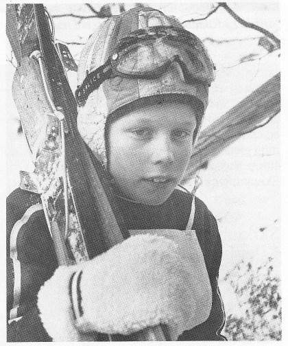 """Den siste mohikaner: Tom Knutsen var — som sin far Sverre — en meget lovende skihopper i Teie IF, her avbildet i 1972. Men med stadig fattigere snøvintere på Nøtterøy forsvant også mulighetene for organisert hopping i Kikutbakken og andre bakker i kommunen. Samtlige skibakker på Nøtterøy ligger nå stort sett """"brakk""""."""