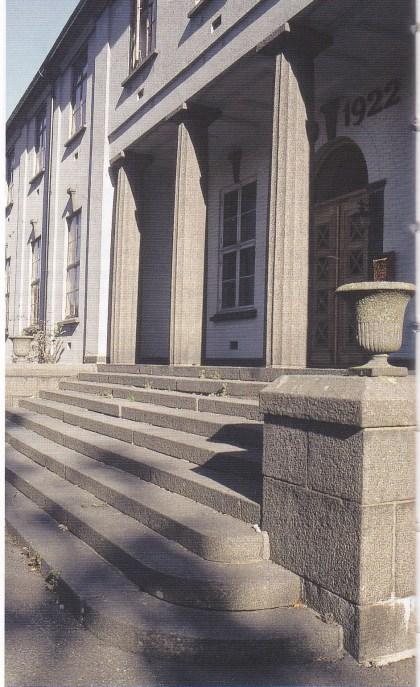 Stein fra Strengsdal ble brukt til kommunelokalet på Tinghaug. (Foto: Grethe Horn.)
