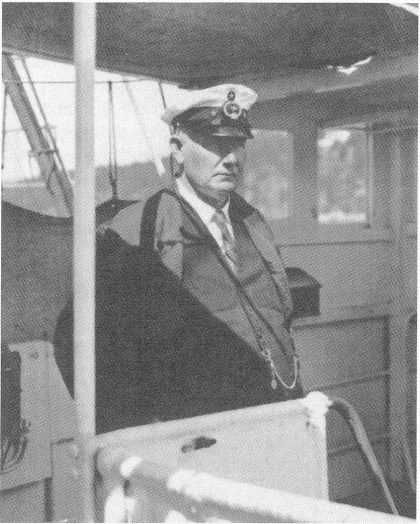 Kaptein Bjønness på broen på Kong Alf ca. 1930, mens han seilte med last og passasjerer mellom Oslo og Hamburg. Bildet er tatt av sønnen Finn Bjønness. (Foto utlånt av Thor Andersen, Hosle.)