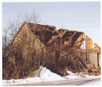 Huset på Hauen brytes ned. (Foto utlånt av forfatteren.)