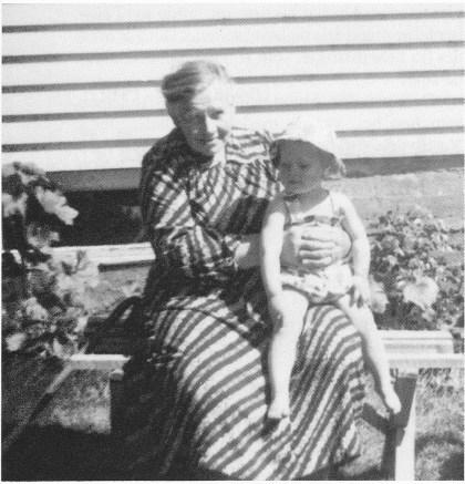 Maren Mann som gammel med fosterdatteren Anne på fanget. Anne bor fortsatt i huset til Maren. (Foto utlånt av Astri Andersen.)