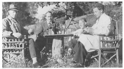 """Spisepause """"i feltet"""". Herredsgartner Scjihes vold i hatt og vindjakke til venstre. (Foto utlånt av forfatteren.)"""