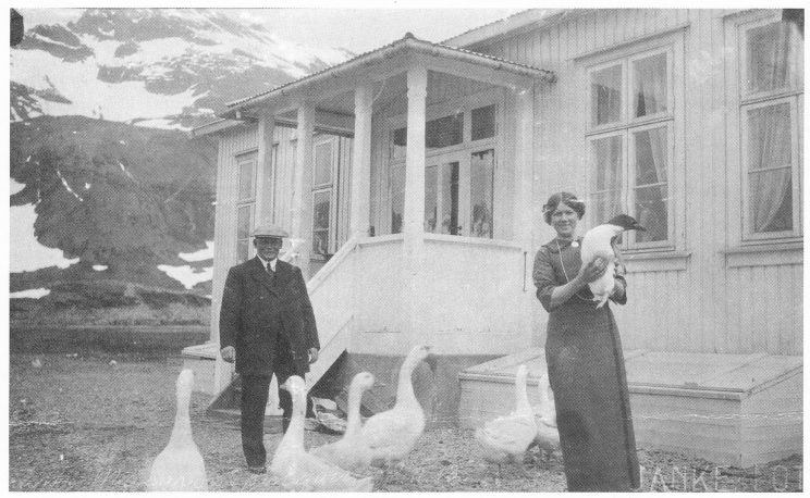 """Bondegård på """"Øya"""". lanke og Søren Berntsen foran villaen i Husvik Harbour. (Foto utlånt av Karl Jan Skontorp.)"""