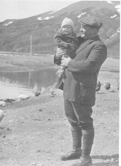 Lille Fanny Løveid ble født på Syd-Georgia midt på vinteren - 20. juni 1916. Her koser hun seg på armen til Søren. (Foto utlånt av Karl Jan Skontorp.)