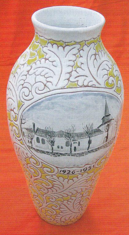 Urne, ca. 50 cm. høy, med Nøtterøy kirke som motiv. Utført av Georg Posejpal. Ble gitt som sølvbryllupsgave til Adina og Eugen Mathisen.Tilhører nå parets svigersønn, Anker Marthinsen. (Foto: Svein Hermansen)