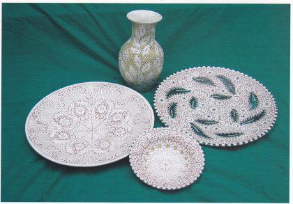 Fat og vase i skrapeteknikk. Fatene er 38 cm. i diameter: Tilhører Irene Nordmo som selv har utført dekoren. (Foto: Svein Hermansen)