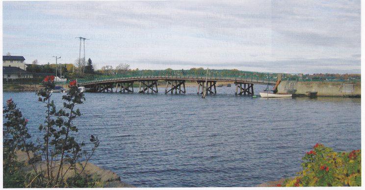 Den gamle, restaurerte Føynlandbroen. Bildet er tatt fra sydøst. (Foto: Svein Hermansen)