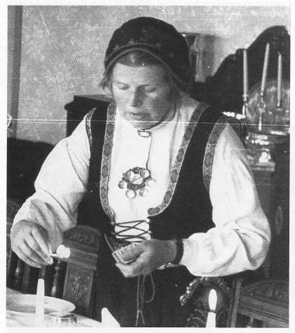 Margrete Aanderaa fikk Vestfold-bunad som gave fra kvinneforeningene på sin 50-årsdag 6.5. 1949. (Foto utlånt av Dag Aanderaa)