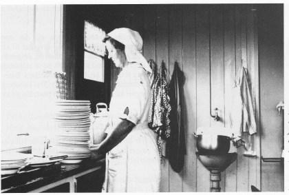 Med mange barn og voksne som flere ganger om dagen skulle ha mat, var kokka, fru Bogen, helt uunvӕrlig. (Foto i utlånt av Elisabeth Sæter Andersen)