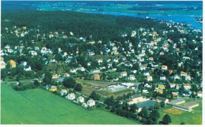 """"""" ... om at Ketchupmannen gikk løs i Teieskauen, Donald-lesing på Fjærholmen og en lærer på Grindløkka som vi visste var i ferd med å bli rasende når ørene hans ble rosa """". (Hylland Eriksen). Flyfotoet fra ca. 1970 viser Grindløkken skole ned til høyre, i bakgrunnen, den skumle Teieskauen øverst. (Foto: Thore Holm)"""