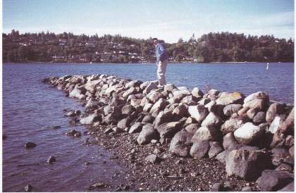 """Anders Berg Skytøen viser restene av """"allemannsbrygga"""" i Munkerekka. (Foto: Tor Bjørvik)"""