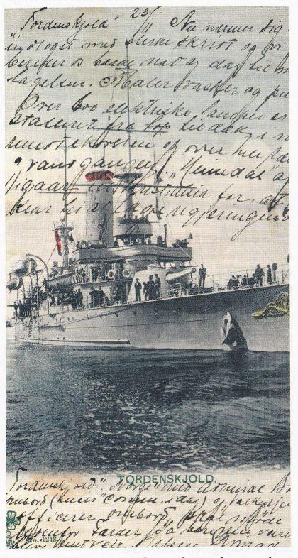 Særlig i Horten og Melsomvik var det populært blant de militært innkalte å sende kort med patriotiske motiver: Fylkesmuseet i Tønsberg eier dette kortet med motiv av panserskipet Tordenskjold.