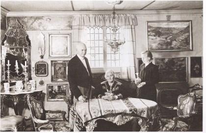 Tilla og Otto Valstad i sin stue på Øvre Hvalstad i Asker. I dag i er det Asker Museum. (Foto utlånt av Asker Museum)