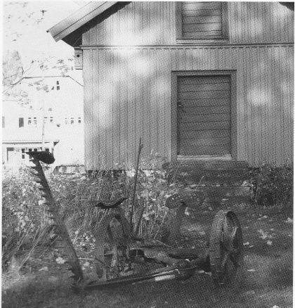 Slåmaskinen fra Bjørnebu. Fotografert foran stabburet på Fagertun. (Foto Svein Hermansen)