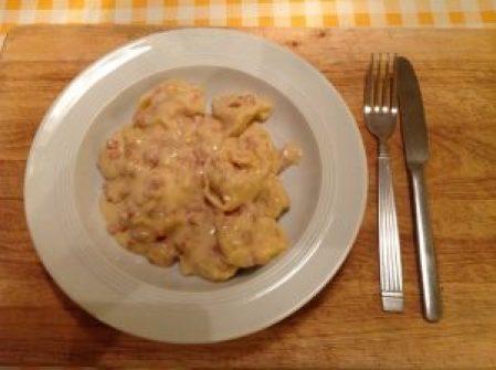 Tortellini Notnahrung auf Teller zum Essen