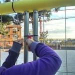 Els veïns tiren a terra les tanques d'obres del parc de Pla de Fornells per mantenir la plaça amb ci