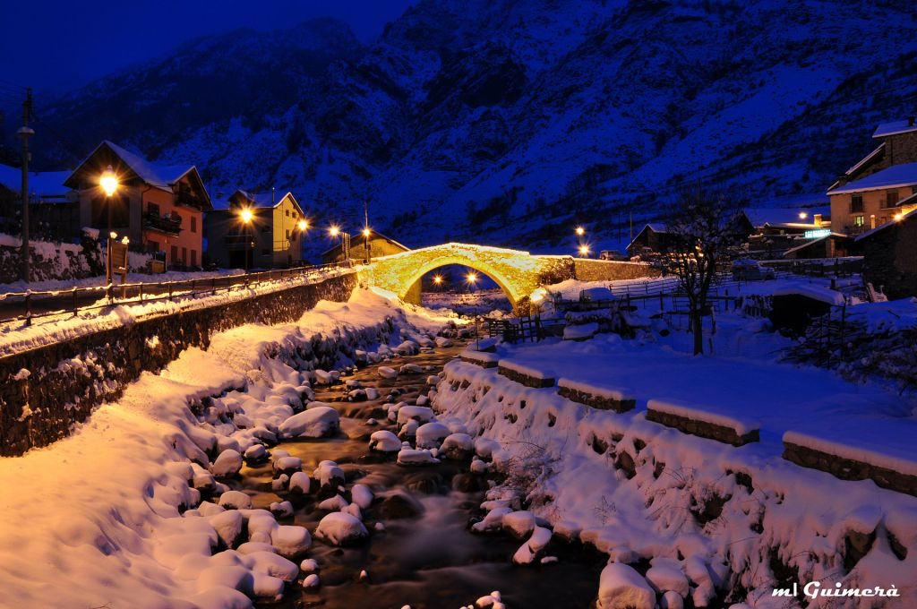 Puente medieval sobre el río Escrita
