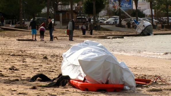 Cuerpo recuperado reposa en la arena de la playa. Foto: Ibiza Producciones.