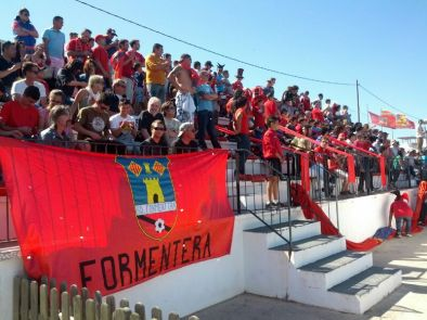 En el partido entre la S. D. Formentera y el Cayón el periodista británico pudo tomar el pulso a la sociedad de Formentera más auténtica.