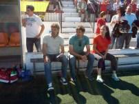 Luis Elcacho, Pepe Sala y la fisio del Formentera, Irene, durante el partido.