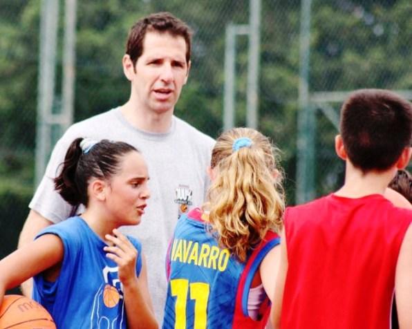 Paco Vázquez da instrucciones a un grupo de niños en una anterior edición del campus de baloncesto.